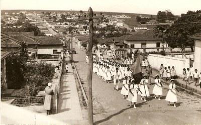 Desfile de Estudantes do Educandário Dom Alexandre - Década de 60.jpg