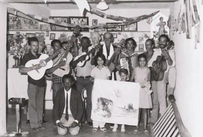Folia de Santos Reis dentro da capelinha - década de 80.jpg