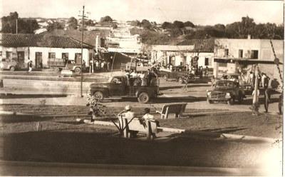Praça da Estação - década de 50 - Desfile vitória do Pref. José Bueno de Paula - Copia.jpg